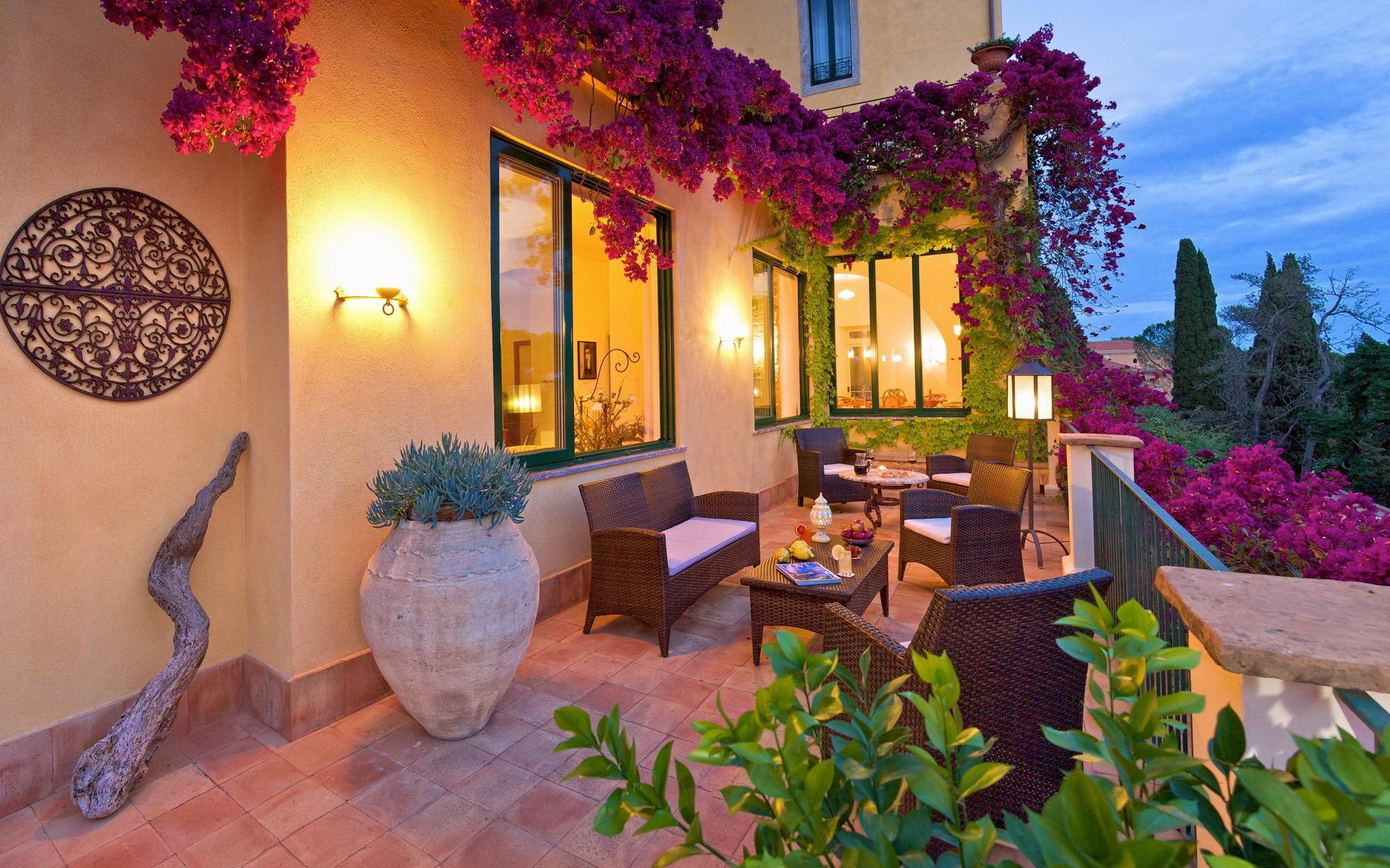 Цветя на балконите