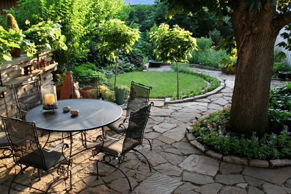 Luxury-garden-design-with-mosaic-path-and-circled-decoration